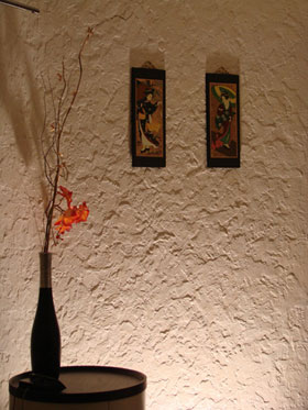 Стоит отметить, что в готовом (сделанном) виде на стене структурная штукатурка выглядит просто удивительно...
