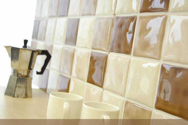 На стенах, полах и даже поверхностях столов плитка красива...